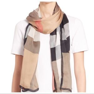 BURBERRY MEGA CHERCK ULTRA-WASHED SATIN SCARF.